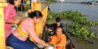ตักบาตรพระร้อย ประเพณีหลังออกพรรษา ของชาวไทยเชื้อสายมอญ จ.ปทุมธานี