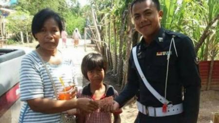 ทำดีต้องชื่นชม !!! ตำรวจเมืองช้างน้ำใจงาม พบชาวบ้านเดินกลับบ้านไม่มีเงินขับรถนำส่งพร้อมกับนำเงินให้ค่าขนมอีก200
