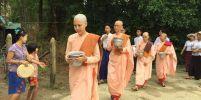 เผยภาพแม่ชีกิ๊กออกบิณฑบาต หลังโกนผมบวชที่วัดในพม่า