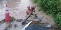 ชาวบ้านชื่นชม นายดาบตำรวจ ลุยลอกเศษขยะ อุดตันท่อ ทำน้ำท่วมถนน