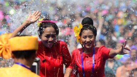 เทศกาลสาดน้ำ เทศกาลวันขึ้นปีใหม่ ของชาวไท ณ เจียงฮุ่ง หรือ เชียงรุ่ง มณฑลยูนนาน ประเทศจีน