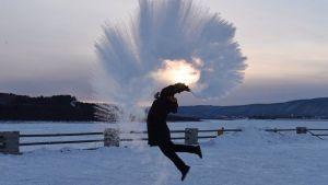 """""""ดอกไม้ไฟน้ำแข็ง"""" กิจกรรมยอดฮิตเมื่ออากาศ -43.5 องศาเซลเซียส"""