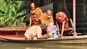เจ้าอาวาสวัดตาลเอน อยุธยา ห่วงโยมน้ำท่วม นั่งเรือแจกอาหารแห้ง