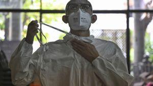 พระไม่ทิ้งโยม สวมชุด PPE ลงพื้นที่ตรวจโควิด ดูแลผู้ป่วย เปลี่ยนวัดเป็นศูนย์พักคอย
