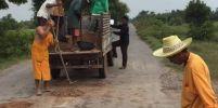 ชื่นชมเจ้าอาวาสโคราช ตระเวนซ่อมถนน-ไฟทางในหมู่บ้านมานานกว่า 20 ปี