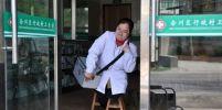 คุณหมอพิการชาวจีนใจเพชร ใช้เก้าอี้เดินแทนขา ออกตรวจคนไข้ในหมู่บ้านมานานกว่า 15 ปี