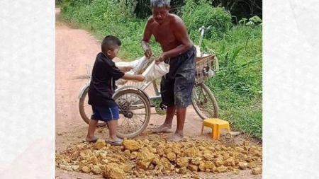 ตาหลาน ปั่นจักรยานเก็บเศษดิน ช่วยถมหลุมถนนเพื่อคนในหมู่บ้าน