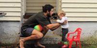 ลูกสาวเมิน เมื่อคุณพ่อพยายามสอนให้จับลูกบอล