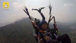 อาม่า วัย 87 ปี ขอลองเล่นกีฬากระโดดร่ม ไม่มีท่าทีหวาดกลัวเลยแม้แต่นิดเดียว