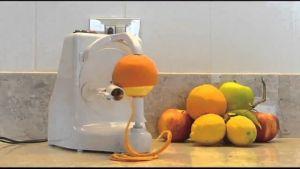 """พาไปดูนวัตกรรม """"เครื่องปอกผลไม้"""" จบใน 1 นาที ส้ม แตงโม สับปะรด กีวี ไม่มีเนื้อช้ำ!"""