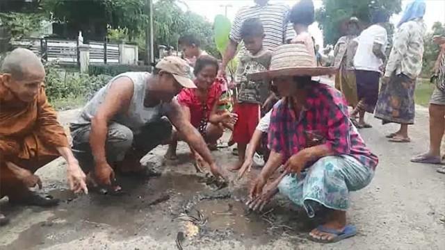 สุดทน!! ชาวบ้านกราบนิมนต์พระ..มาช่วย.. ถนนพังมานานกว่า 5 ปี ไร้หน่วยงานเหลียวแล