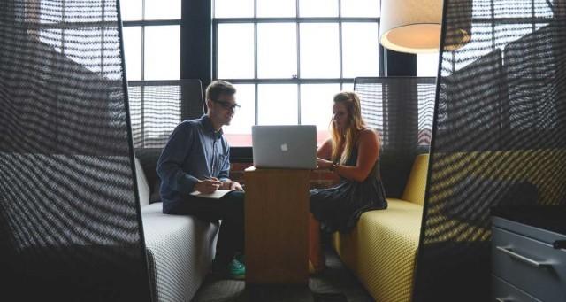 งานวิจัย Harvard เผย การพูดถึงเพื่อนร่วมงานในด้านดี ส่งผลอย่างมากต่อการทำงานเป็นทีม