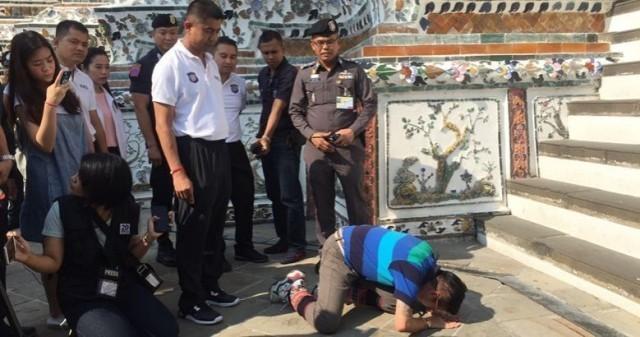 ตำรวจท่องเที่ยว คุมตัวมักคุเทศก์สาว ขอขมาพระปรางค์วัดอรุณราชวราราม