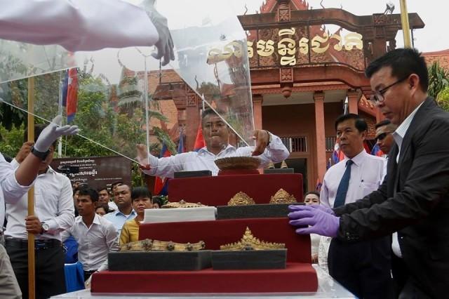 """กัมพูชาฉลอง เรียกคืน """"เครื่องประดับทองยุคพระนคร"""" ที่ถูกขโมยช่วงสงครามเมื่อหลายสิบปีได้สำเร็จ"""