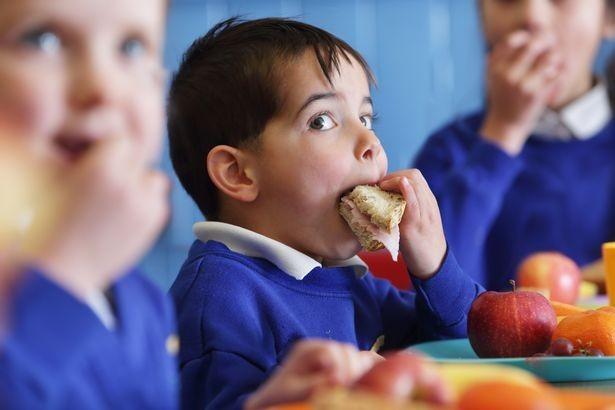 เด็กยากไร้ในอังกฤษ แอบนำอาหารกลางวันที่โรงเรียนใส่กระเป๋ากลับบ้าน เพื่อประทังความหิว