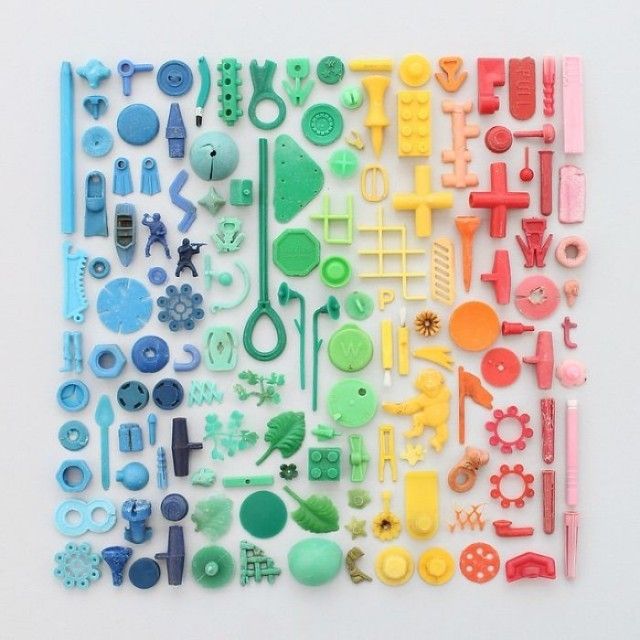 ศิลปินสาวนำสิ่งของต่างๆ มาจัดเรียงไล่โทนสี รู้สึกฟินจนแทบเก็บไปฝัน