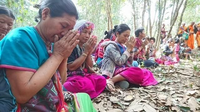 สุดจะบรรยาย!!!ชาวพุทธชนเผ่ากะเหรี่ยงบ้านเล่อะกรา ยกมือประนมดีใจได้ต้อนรับพระธุดงค์ธรรมะห่มดอย