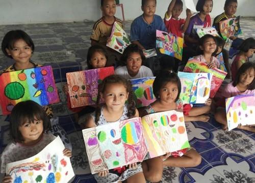 """บ้านศิลป์ไทย เดินสายจัดกิจกรรมศิลปะ """"แบ่งปันเพื่อแม่"""" ให้กับเด็กนักเรียน"""