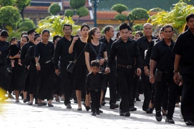 พสกนิกรจำนวนมากหลั่งไหล เข้าถวายสักการะพระบรมศพ วันที่ 9 กันยายน พ.ศ. 2560