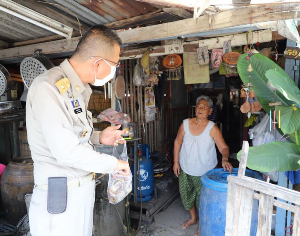 ผู้ว่าฯปทุมธานี อุดหนุนข้าวต้มมัดคุณยายไปขายที่ศาลากลางจังหวัด แบบขาดทุนคือกำไร