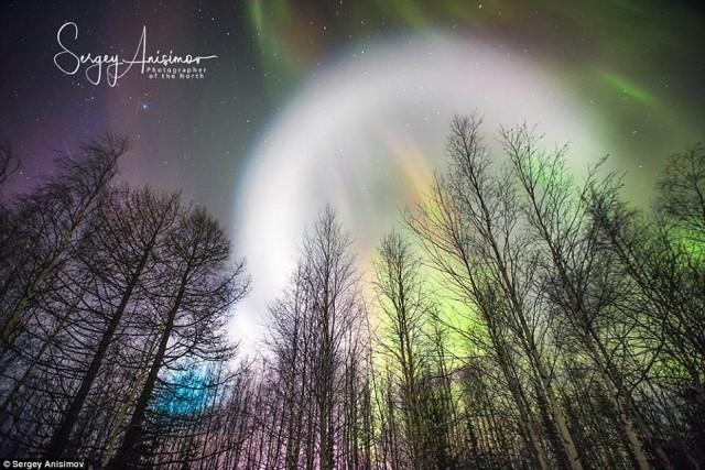 เกิดปรากฏการณ์แปลกๆ แสงทรงกลมลอยว่อนบนท้องฟ้าในรัสเซีย งดงามตระการตายิ่งนัก