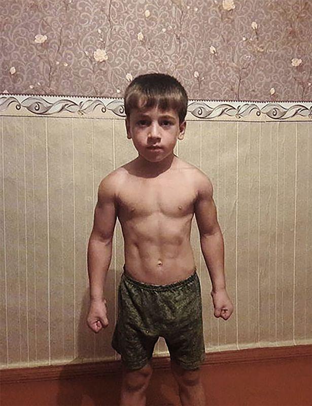 """เด็กชายชาวรัสเซีย วัย 5 ขวบ วิดพื้นติดต่อกันได้มากกว่า 3,000  ครั้ง ถูกบันทึกเป็น """"สถิติโลก"""""""