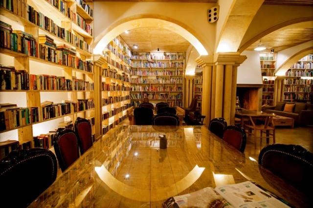 """พาไปรู้จัก """"โรงแรมวรรณกรรม"""" ที่ใหญ่ที่สุดในโลก มีหนังสือกว่า 65,000 เล่ม"""