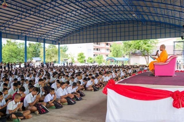 ชมภาพนักเรียนโรงเรียนหนองบัวแดงวิทยากว่า 2,000 คน ร่วมสวดธรรมจักร ฉลองอาคารใหม่