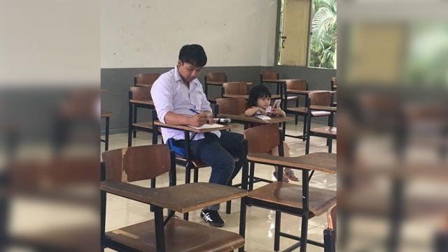 สุดน่ารัก ! พ่อขออาจารย์พาลูกสาวเข้าสอบ