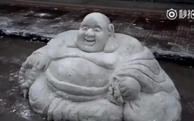 ช่างจีน สร้างหิมะให้กลายเป็นรูปพระโพธิสัตว์