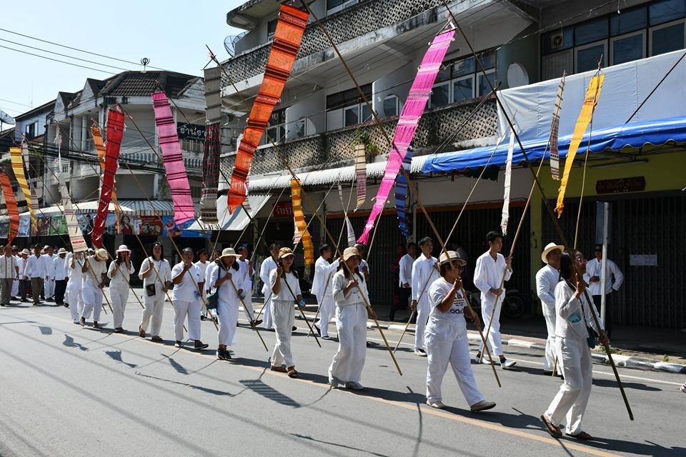 ชาวแพร่ 5,000 คน แต่งชุดพื้นเมืองสีขาว จัดงานกิ๋นสลากหลวง สืบสานประเพณีล้านนา