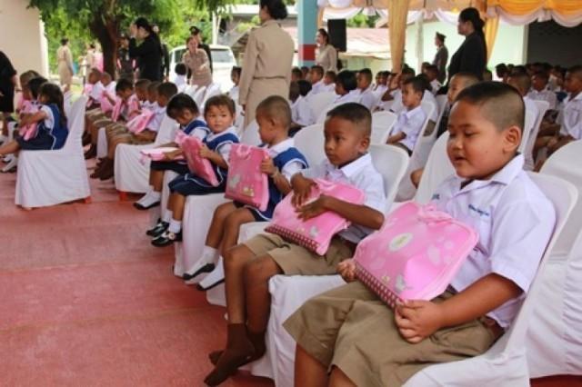 สมเด็จพระเจ้าอยู่หัว โปรดเกล้าฯ พระราชทานอุปกรณ์การเรียน แก่นักเรียน พื้นที่จังหวัดบุรีรัมย์