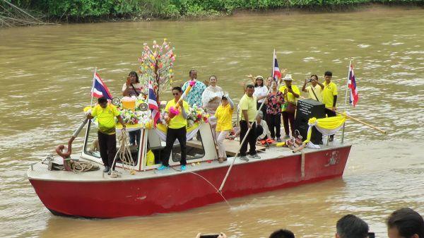 พิจิตรชาวบ้านสนุกสนานต้อนรับงานบุญเข้าพรรษาทอดผ้าป่าทางน้ำด้วยขบวนเรือ