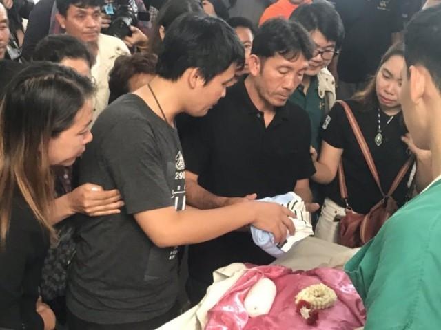 สุดเศร้า! สามีและญาติ เข้ารับศพสาวนักบัญชีท้อง 6 เดือน กรณีถูกรถไฟฟ้าทับเสียชีวิต