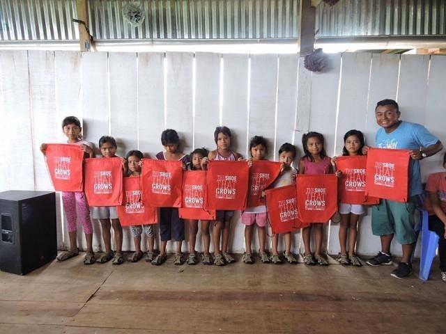 ชายหนุ่มไอเดียเจ๋ง คิดค้นรองเท้าขยายได้ 5 ไซส์ เพื่อช่วยเหลือเหล่าเด็กๆ ขาดแคลนทั่วทุกมุมโลก!!