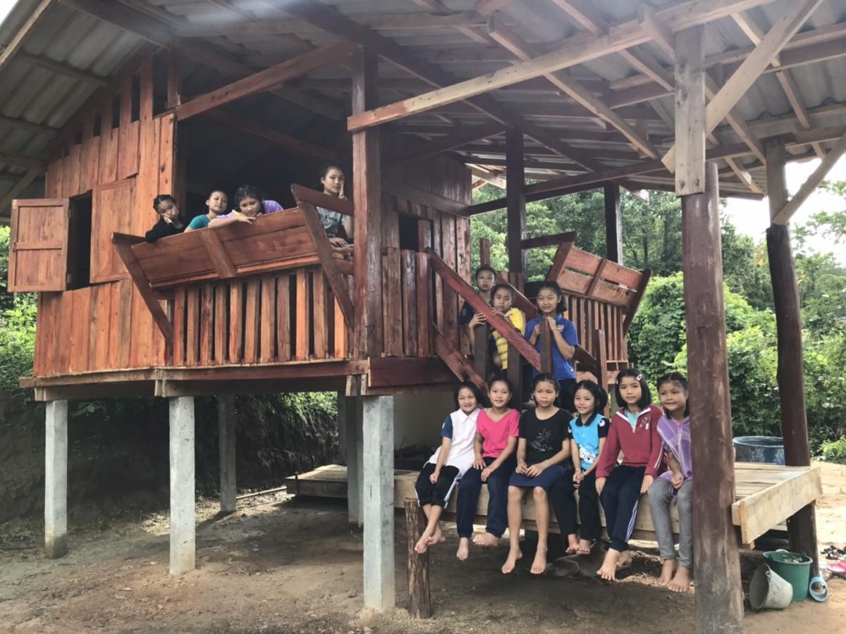อุ่นหัวใจ นักเรียนร่วมใจสร้างบ้านบนดอย ให้ ผอ.หลังเกษียณ ตอบแทนความรัก 14 ปี