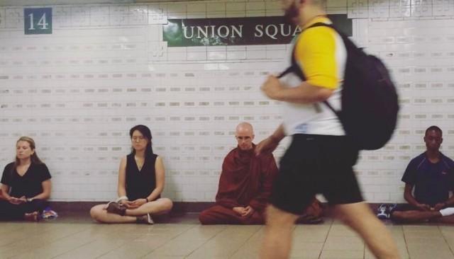 นั่งสมาธิข้างถนนและบริเวณรถไฟฟ้าใต้ดิน ได้รับการตอบรับเป็นอย่างดีในมหานครนิวยอร์ค