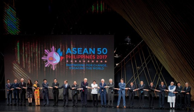 ภาพที่เรียกเสียงฮา!!!  ในพิธีเปิดประชุมอาเซียน ซัมมิท ครั้งที่ 31 ณ กรุงมะนิลา ประเทศฟิลิปปินส์