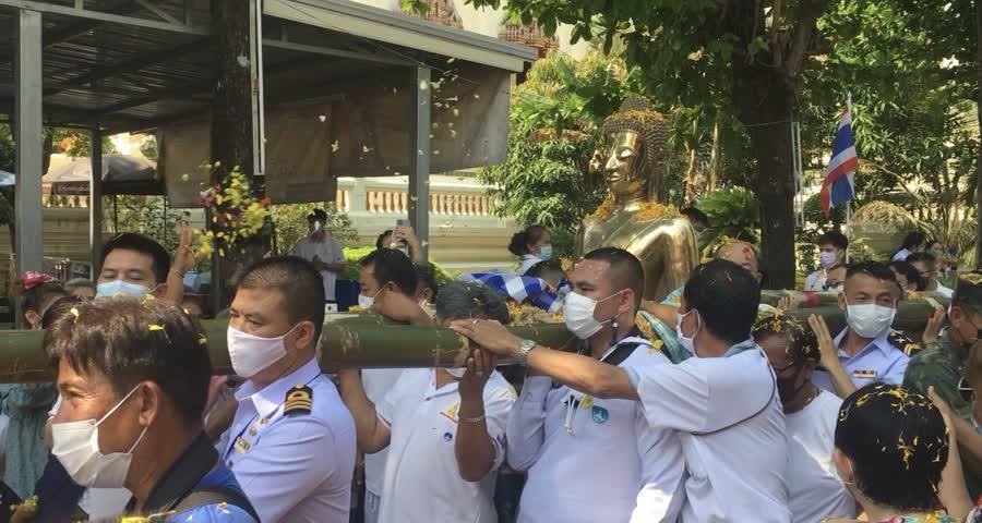 ชาวหนองคาย ร่วมโปรยดอกไม้ แทนการสรงน้ำองค์หลวงพ่อพระใสขณะแห่รอบพระอุโบสถ 3 รอบ