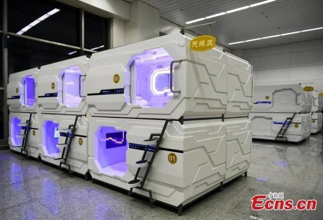 """เกิดขึ้นจริงแล้ว! สนามบินอูรุมชีผุด """"ห้องนอนแคปซูลสไตล์ยานอวกาศ"""" อำนวยความสะดวกแก่นักเดินทาง"""