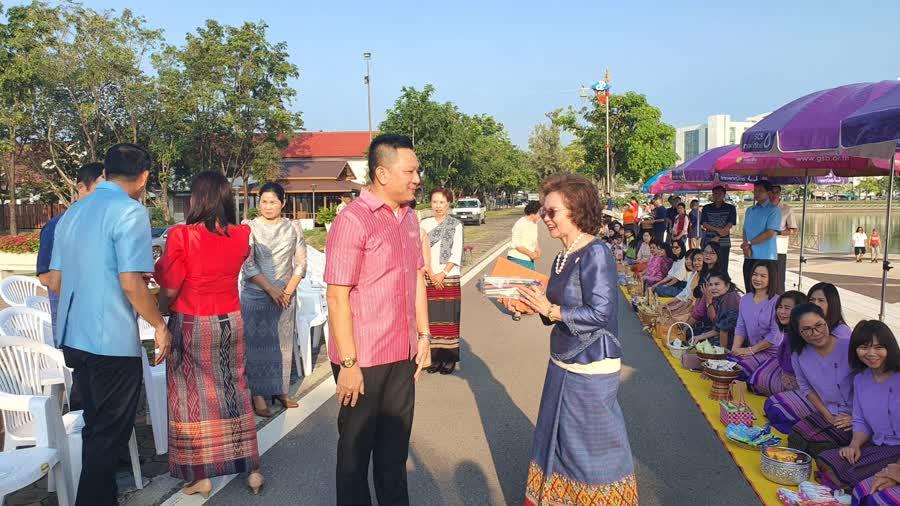 """พ่อเมืองอุดรฯ คนใหม่ ร่วมสืบสานกิจกรรม """"วันอังคาร สวมผ้าไทย ใส่บาตรพระ"""""""