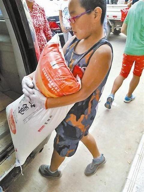ซุปเปอร์ฮีโร่!!เด็กหนุ่มวัย 12 ปีทำงานอย่างหนักสละเวลาปิดเทอมอันมีค่า มาช่วยผู้ประสบภัยน้ำท่วม