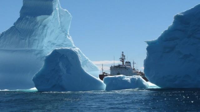 ฮือฮา! นักท่องเที่ยวแห่ชม 'ภูเขาน้ำแข็งยักษ์' แคนาดา