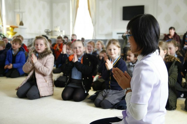 คณะครูและเด็กนักเรียนในอังกฤษสนใจศึกษาพระพุทธศาสนา