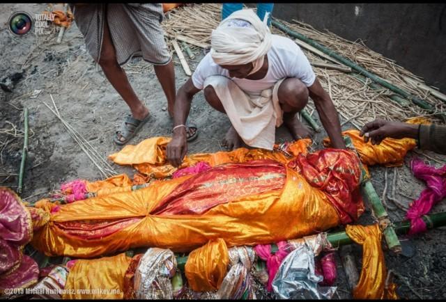ทำไม??พิธีกรรมเกี่ยวกับความตายของชาวฮินดูจึงผูกพันกับแม่น้ำคงคา
