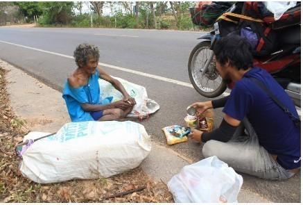 """แชร์หนัก! """"คุณลุง"""" แบกขยะกว่า 20 โลไปขาย หวังเงินเพียงวันละไม่ถึง 10 บาท"""