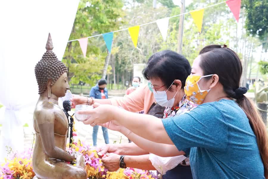 """ชาวยะลา ร่วมแห่ผ้า """"ห่มพ่อท่านบรรทม"""" วัดคูหาภิมุข สืบสานประเพณีวัฒนธรรมไทย วันสงกรานต์"""