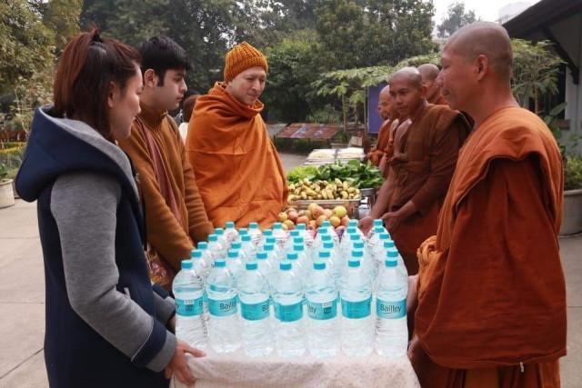 พระแซมยุรนันท์ ทำบุญเลี้ยงพระที่จะเดินธุดงค์ จำนวน 120 รูป ที่วัดไทยพุทธคยา อินเดีย