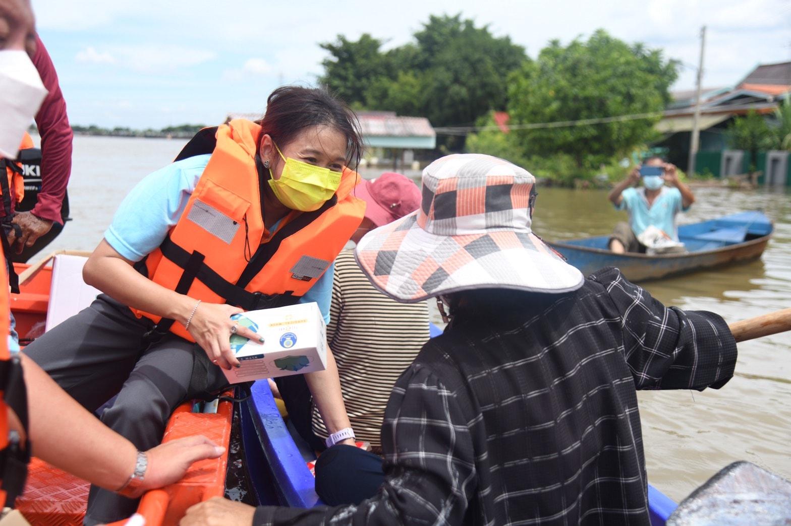 อบจ.ปทุมธานีแจกถุงยังชีพแก่ผู้ประสบภัยน้ำท่วม