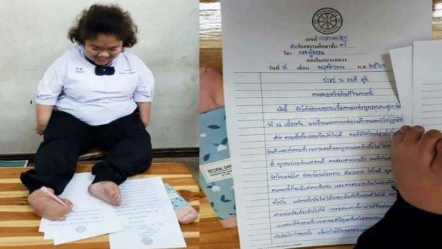 น่าทึ่งจริงๆ!!!เขียนสวยมาก แม้มือบกพร่อง สาวพิการใช้เท้าเขียนคำตอบวิชากระทู้ธรรม
